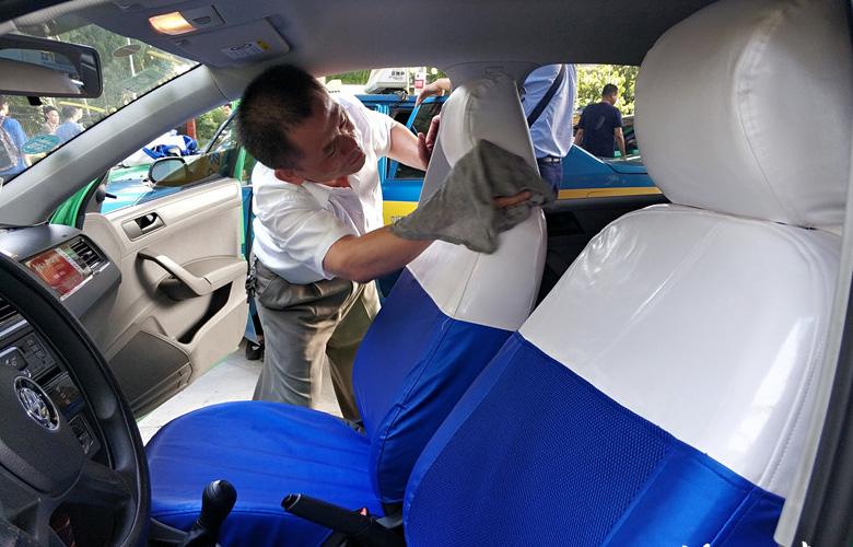 榕城出租车内外一新迎宾客 更换座套规范着装