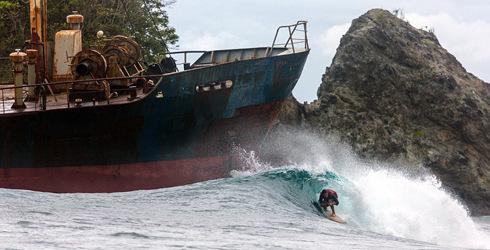 漳浦 美国/美国摄影师拍摄冲浪者险过搁浅废船