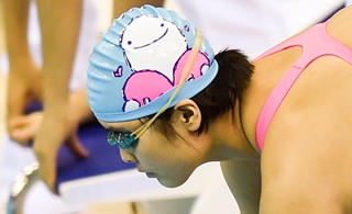 萌!卡通泳帽佔領青運泳池