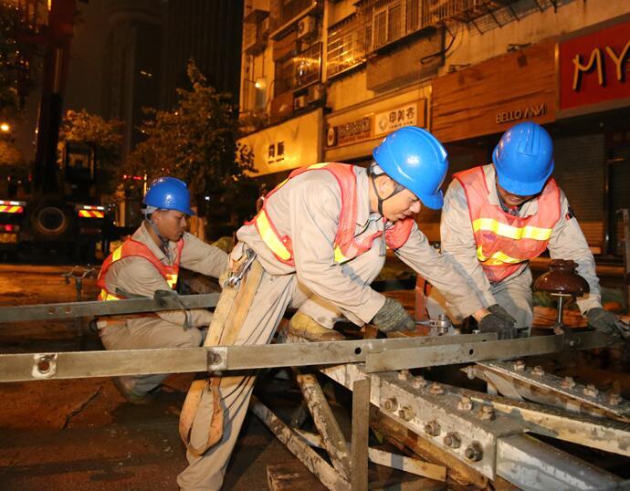 厦门供电:深夜奋战 快速完成湖滨南路沿线铁塔拆除
