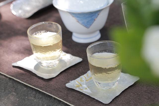 茉莉花的泡制要很大功夫,用蓋碗,它代表了天、地、人和。