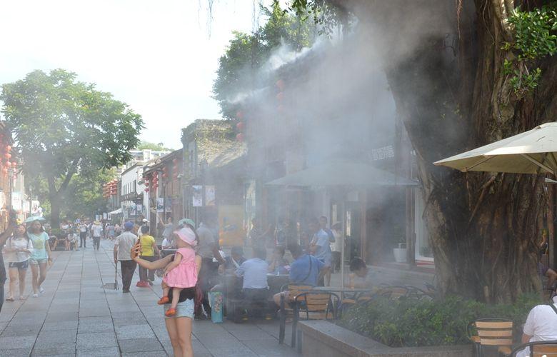 福州持續高溫三坊七巷景區啟動噴水霧裝置降溫