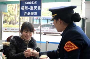 """福州火车站户外集结区""""搬""""进室内"""