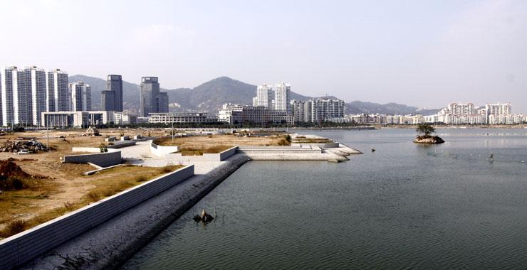 海沧区内湖周边曾是一片荒凉的空地(摄于2008年8月10日)。新华网发(海沧区委宣传部 供图)