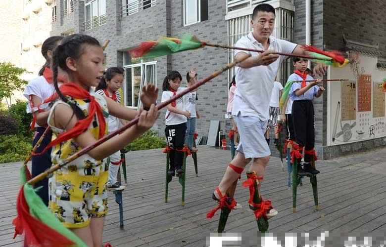 非遗传承人陈孝斌把高跷踩进校园踩到国外