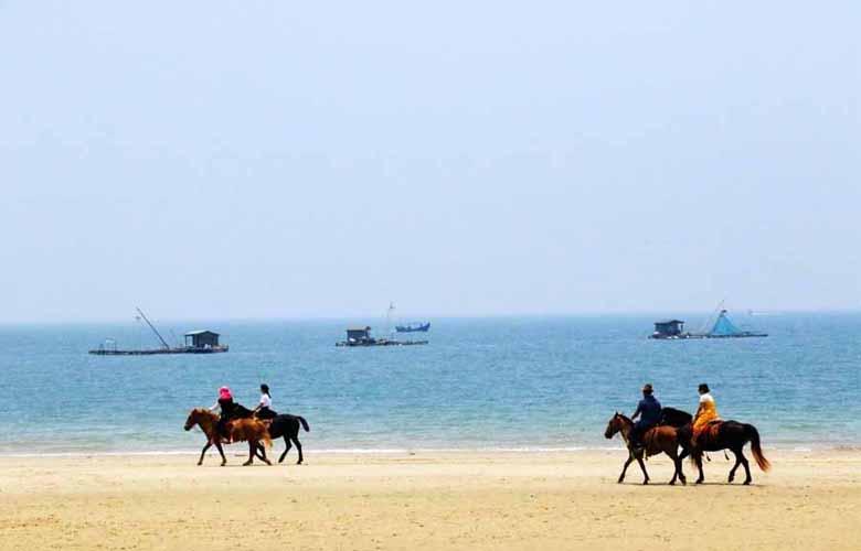东山岛:天蓝水碧海湾美
