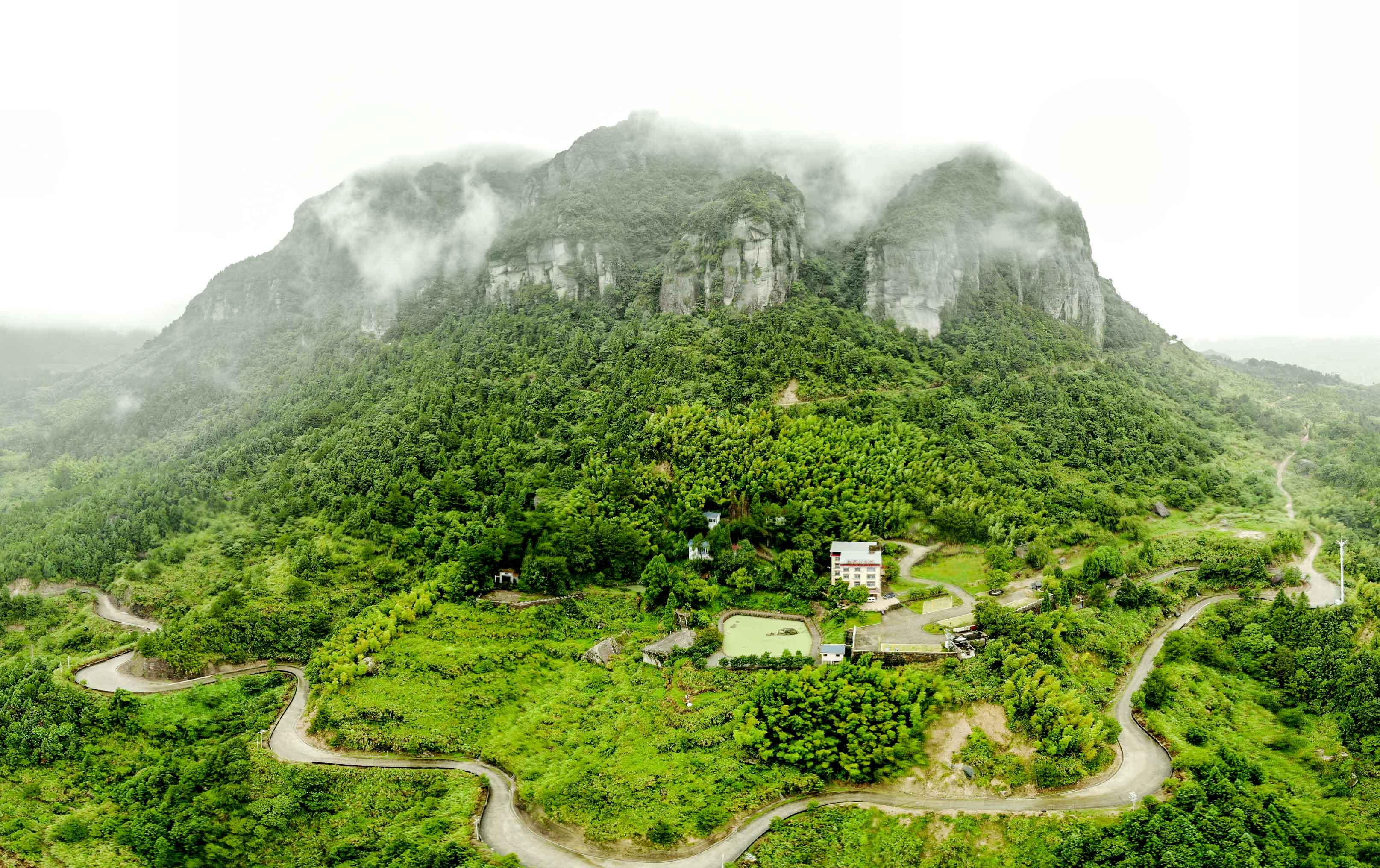 白岩山主峰全景图