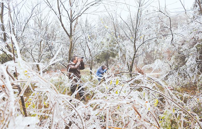 受强冷空气影响 建宁县岩上村形成冰挂奇观