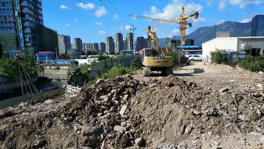 工人在福州联通河与龙津河交界处挖土围堰(资料图)