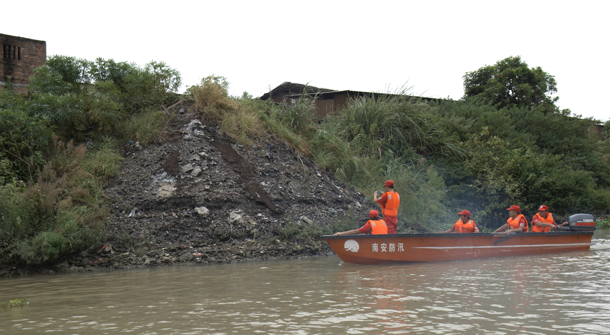 南安市河流管养中心人员驾驶冲锋舟巡河(资料图)
