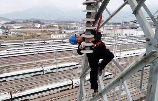 福州供電:開展主幹線路帶電鹽密測試