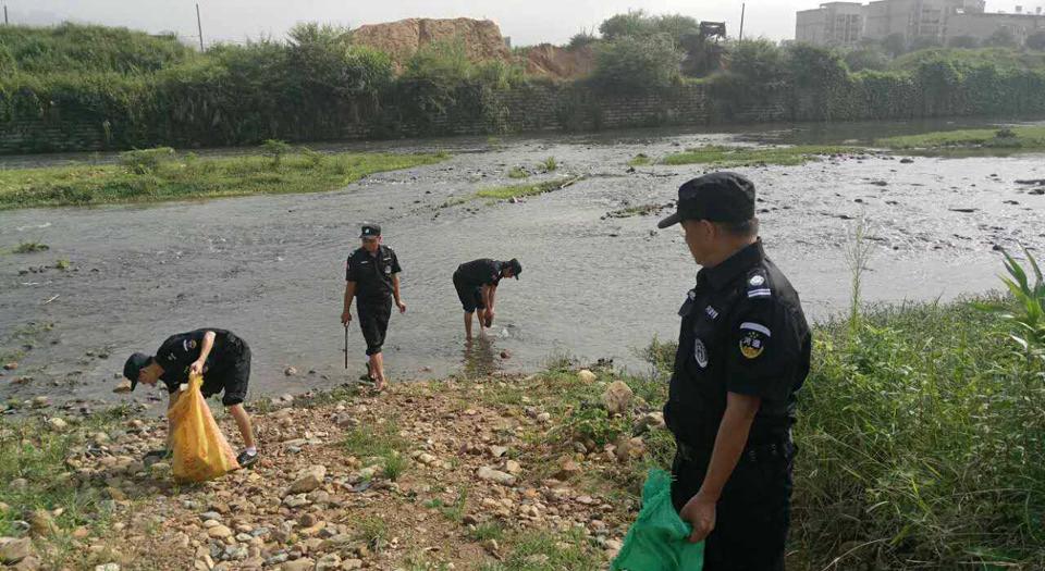 漳州市河段專管員清理岸邊垃圾(資料圖)