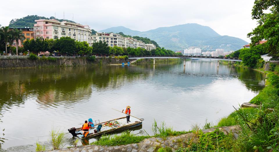 永春城區河面專業保潔人員在清潔河道(資料圖)