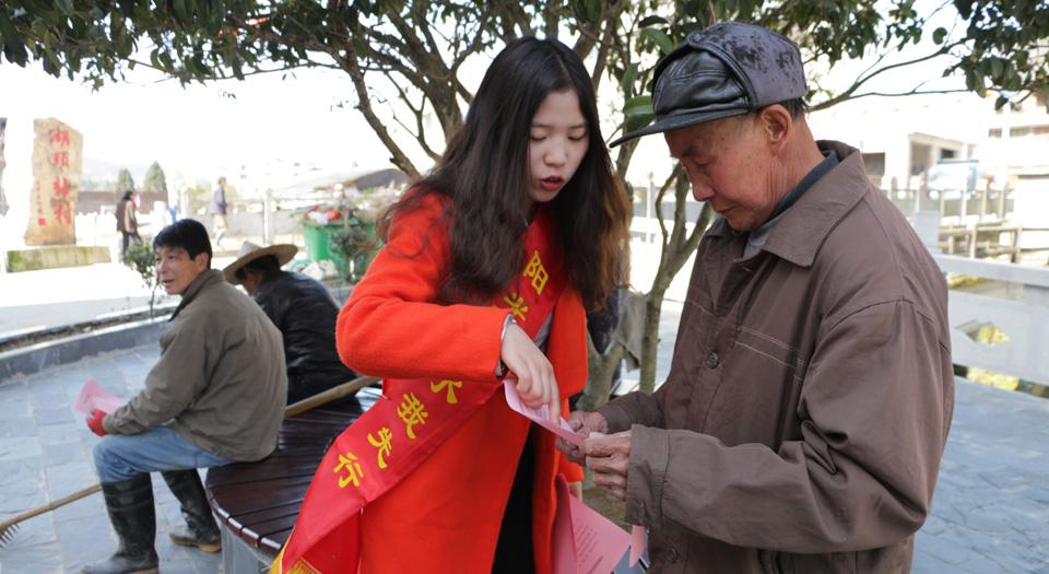 福鼎市環保志願者發放河長制宣傳單(資料圖)