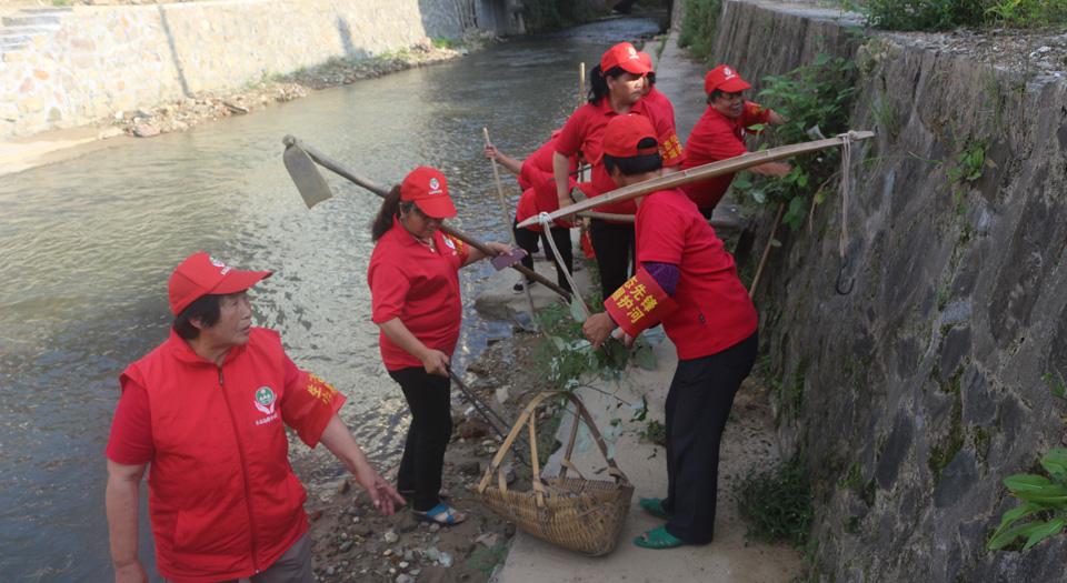 長汀縣管前鎮巾幗宣傳護河隊清理垃圾棄土(資料圖)