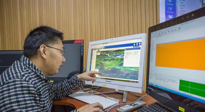 閩清縣河長制辦公室秘書科負責人查閱河長制管理信息係統(資料圖)
