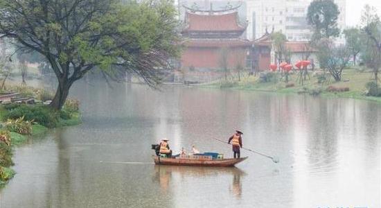 漳州市龍文區環衛工人在清潔內河河面垃圾(資料圖)