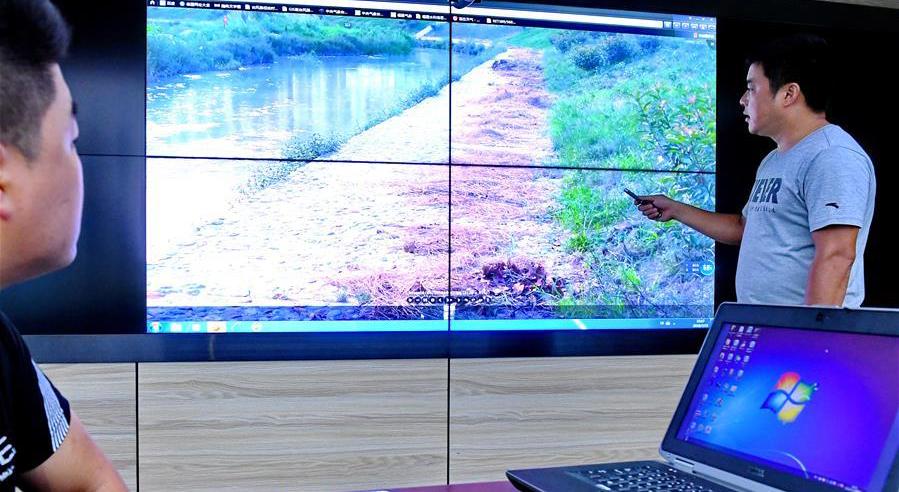 福鼎市河道管理中心主任林上霞(右)在介紹福鼎河長制信息化綜合管理平臺(資料圖)