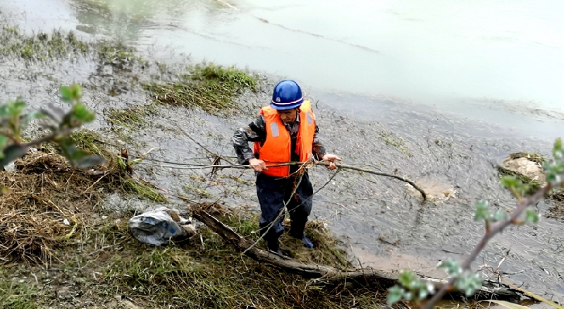 泰寧縣大田溪河道專管員對河道進行巡察清理(資料圖)