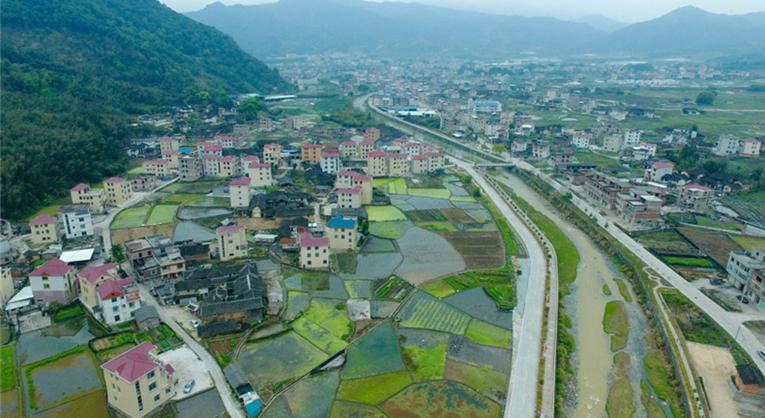 福建省龍岩市小池鎮汪洋村,整治過的小池溪穿村而過(資料圖)