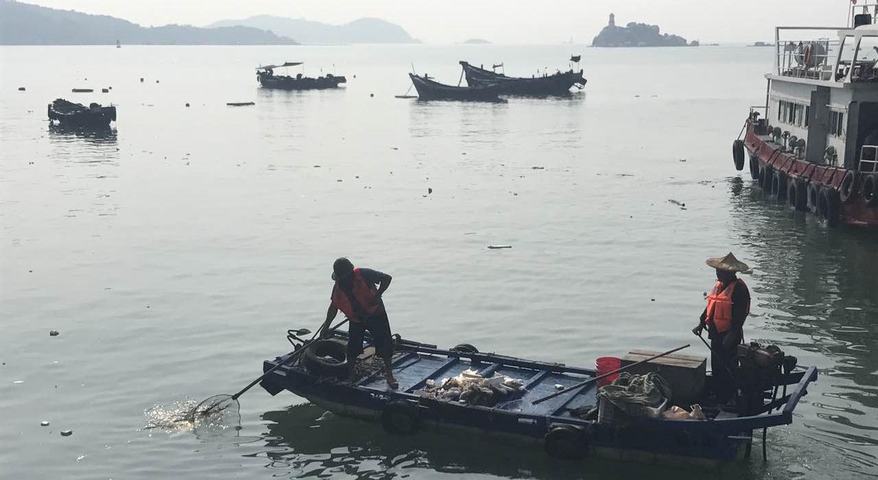 漳州市對海漂垃圾進行清理(資料圖)