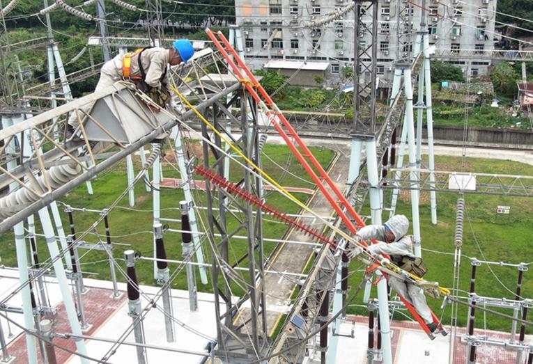 福州供電:開展帶電取樣工作