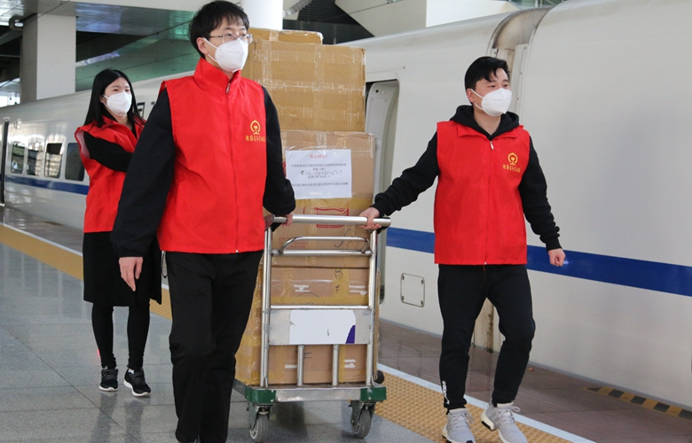 廈(xia)門︰2萬(wan)枚(mei)醫用口(kou)罩通過動車發(fa)往武漢