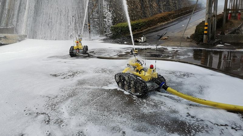 視頻|直擊龍岩一新能源公司火災救援:機器人,上!