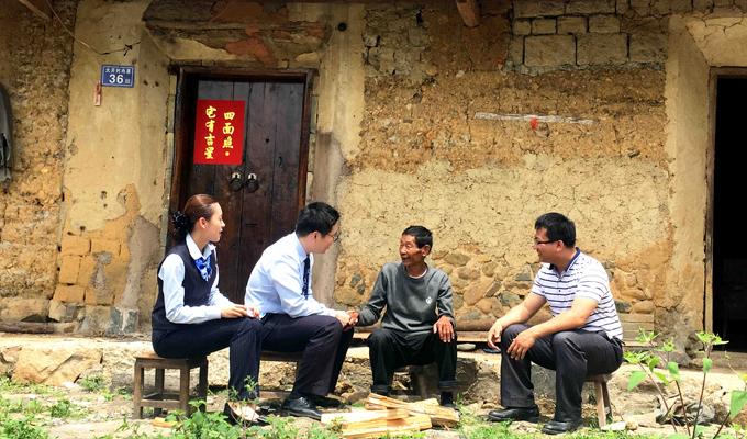 建行扶貧隊走訪定點扶貧村的困難群眾