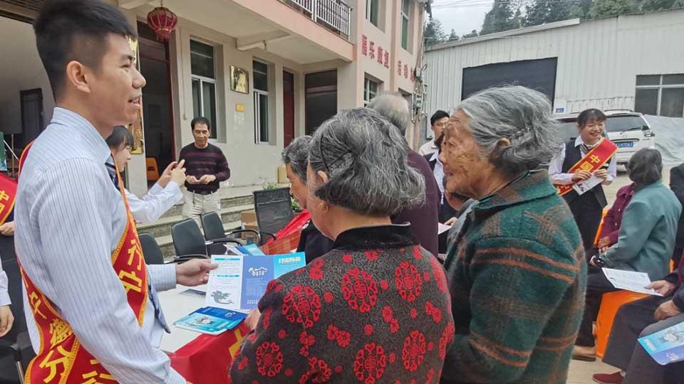中國銀行寧德分行工作人員赴福安市上村村宣傳金融知識