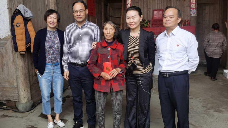 中國銀行寧德分行工作人員赴福安市上村村走訪慰問貧困戶
