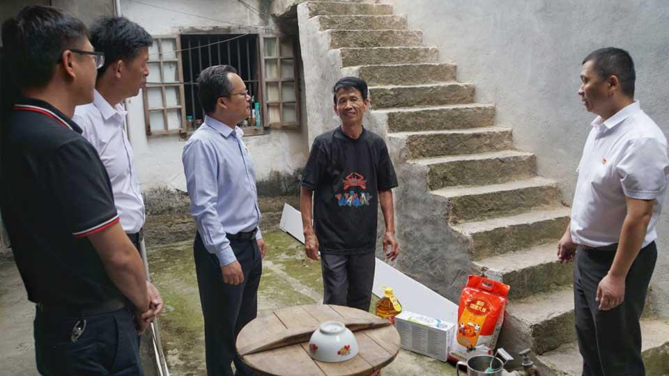 中國銀行莆田分行工作人員走訪慰問南下村貧困戶