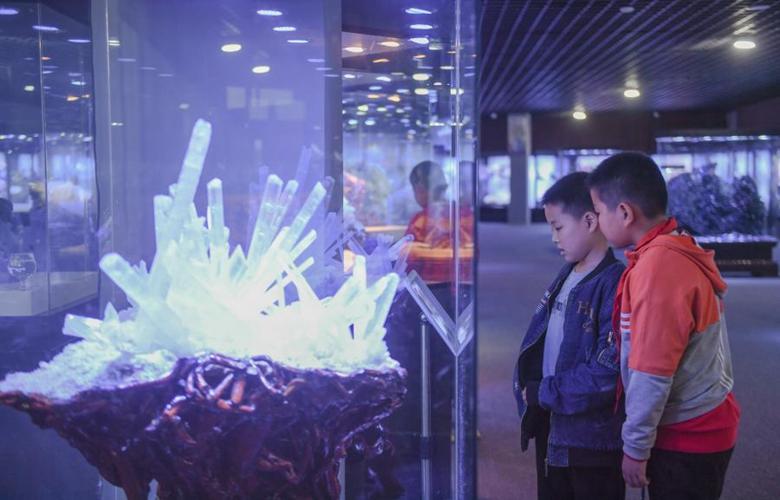 福建惠安:公益科普 認識礦石